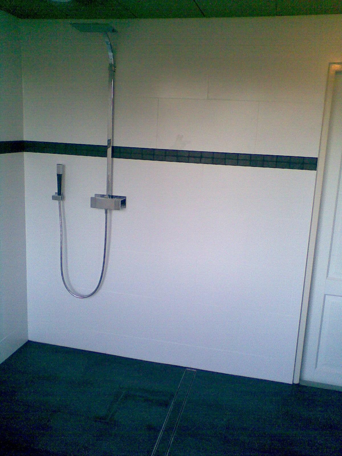 Badkamer Zeewolde vergroot dmv dakkapel wandradiator en inbouw toilet