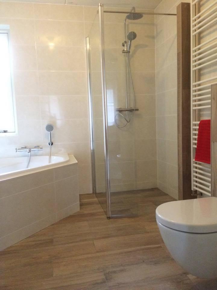 Douchewand - Badkamer Almere met hoekbad - Timmer- en montagebedrijf ...