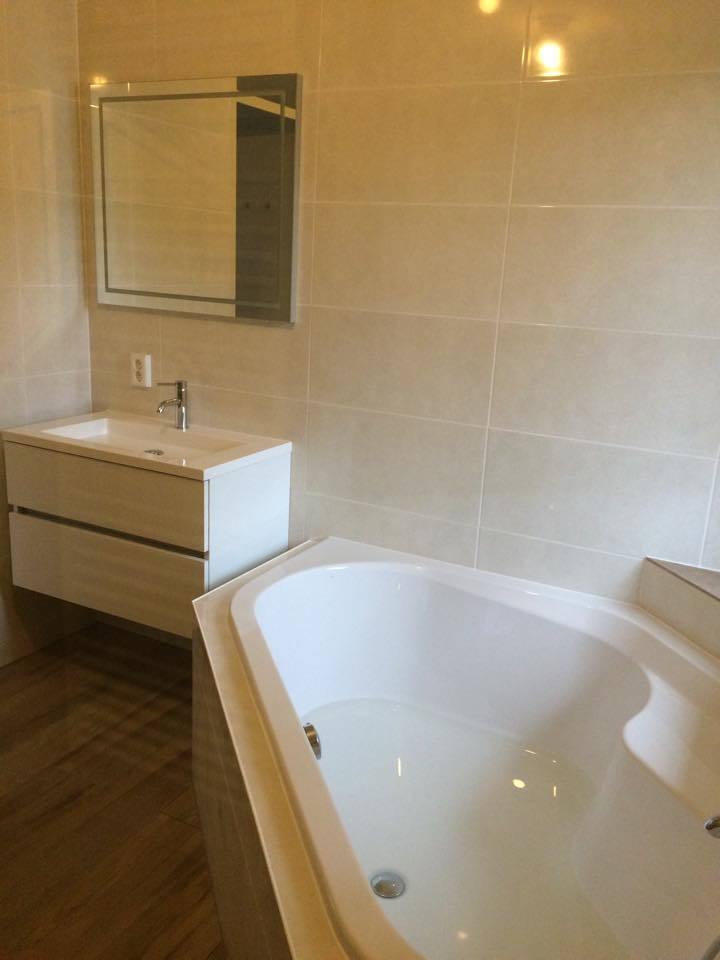 Badkamer almere met hoekbad timmer en montagebedrijf klever - Badkamer met wastafel ...