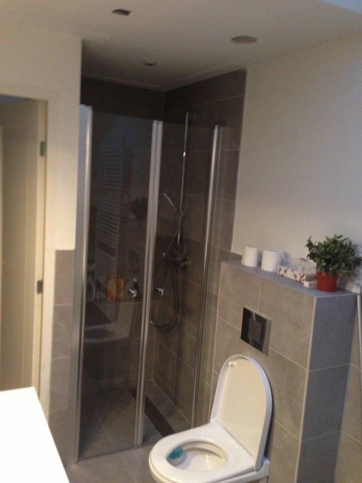 Douchewand – Badkamer Amersfoort tegels en stucwerk