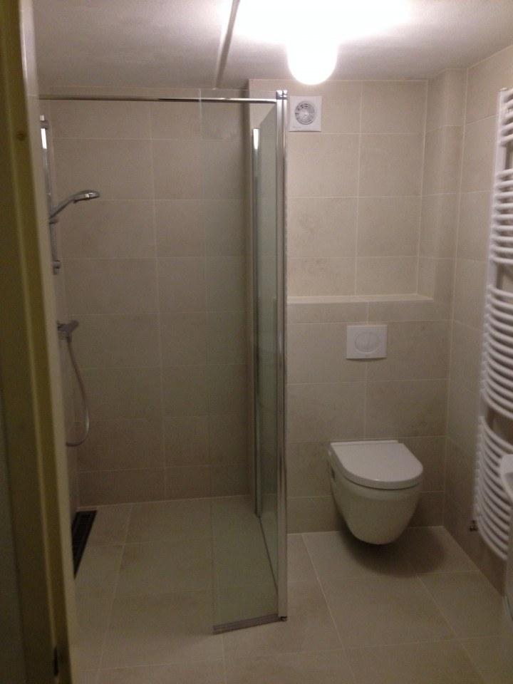Badkamer huizen enkele kleur keramische tegel timmer en montagebedrijf klever - Badkamer keramische ...