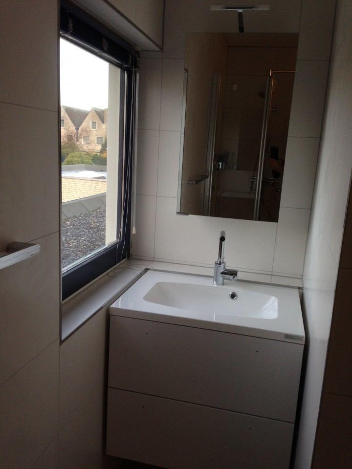 Badkamer zwolle ronde betegelde muur timmer en montagebedrijf klever - Betegelde badkamer ontwerp ...