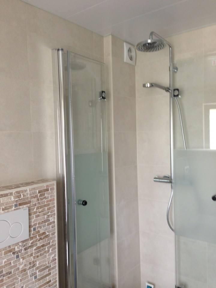 Douchewand – Badkamer Amersfoort met raam en gevel gemaakt