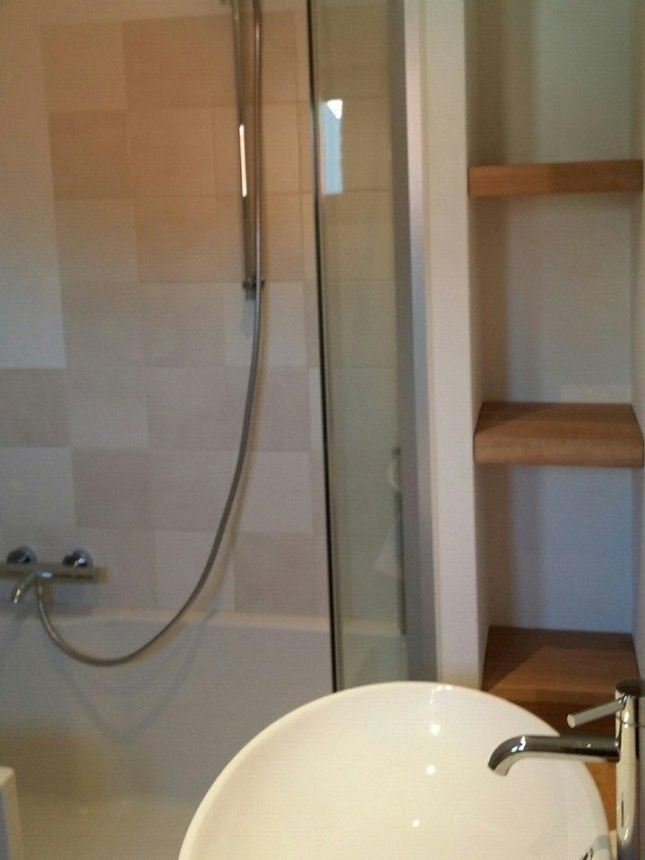 Badkamer Nijkerk Nis met houten planken in muur